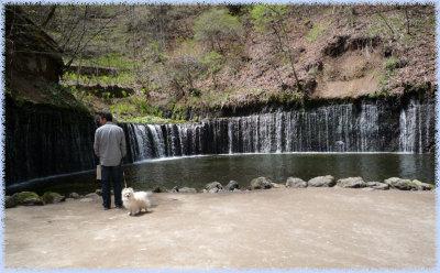 白糸の滝であろーとダンナ.jpg
